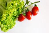 zelený zdravý salát s rajčaty, strom červená
