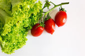 grüner, gesunder Salat mit roten Tomaten