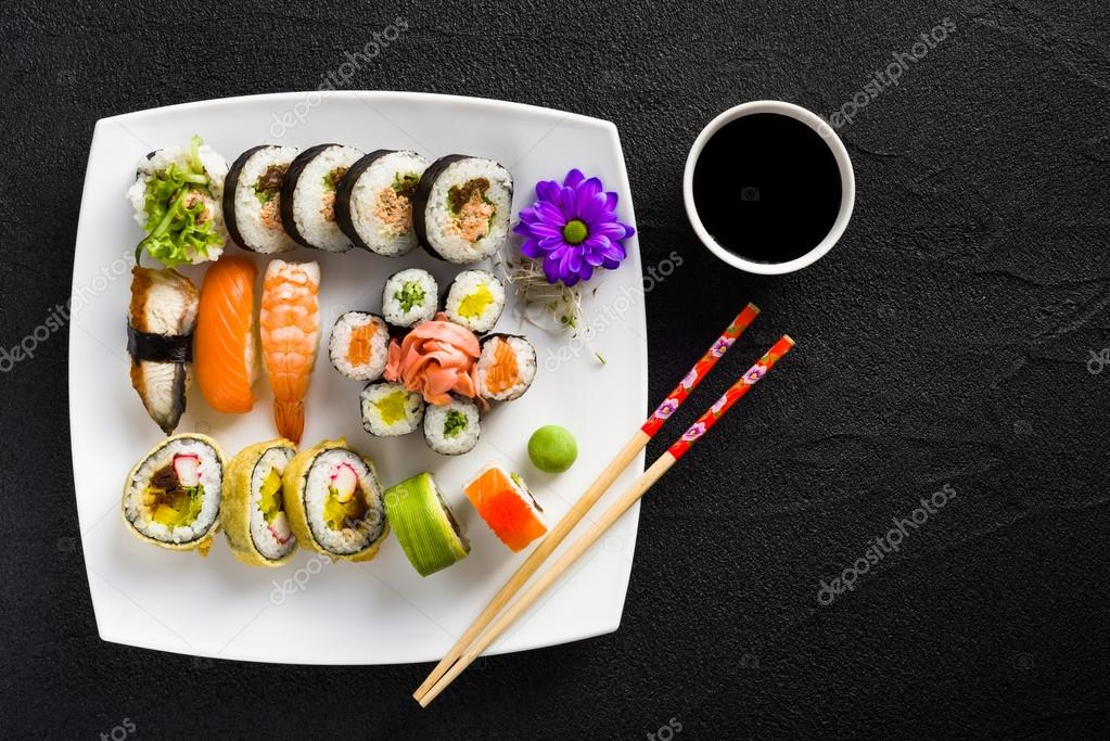 sushi auf wei en teller auf einem schwarzen stein tisch stockfoto 65119531. Black Bedroom Furniture Sets. Home Design Ideas