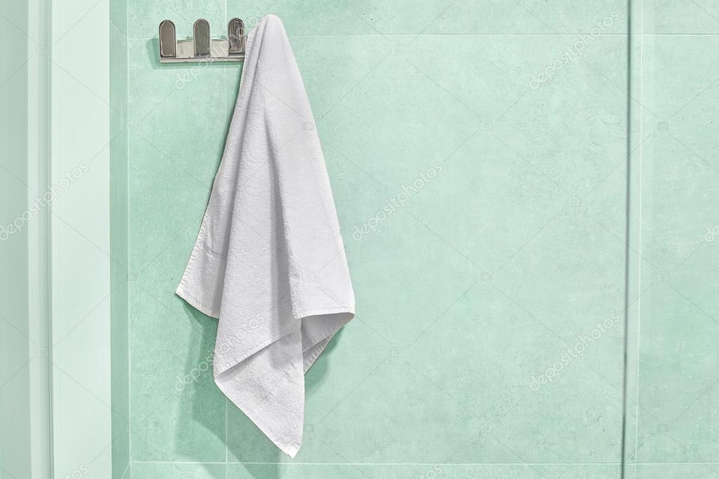 Weißes Handtuch Aufhängen An Einer Wand Im Badezimmer Stockfoto
