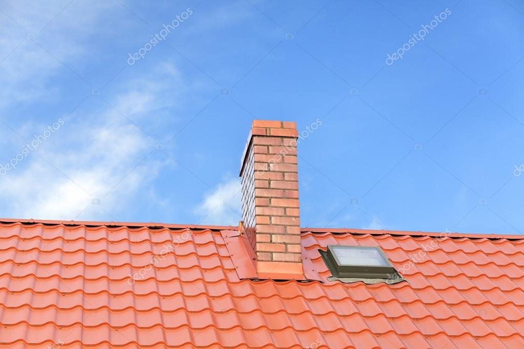 Tegel Met Tekst : Dak met keramische tegels schoorsteen tegen blauwe hemel ruimte