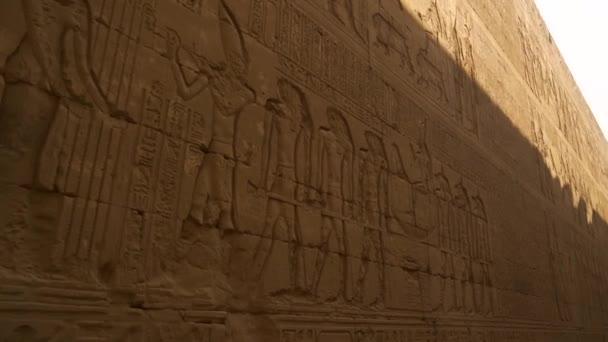 Detail krásných hieroglyfických zdí chrámu Edfu. Egypt. Řeka Nil ve městě Edfu u Aswanu, řecko-římská stavba, věnovaná Horusovi