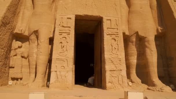Opustit vnitřní dveře chrámu nefertari vedle chrámu Abu Simbel, v jižním Egyptě v Nubii vedle jezera Nasser. Temple of Pharaoh Ramses II, 4k video