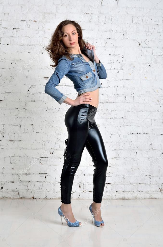 Donna sexy con tacchi alti e pantaloni di pelle in posa for Piani di studio 300 piedi quadrati