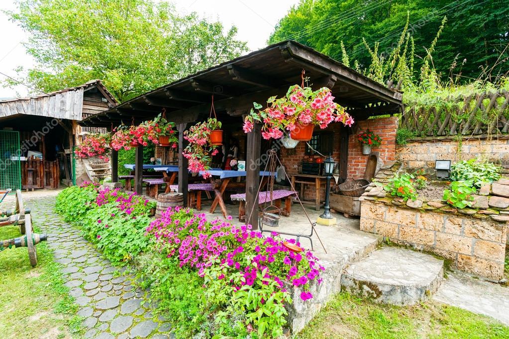 Vecchia casa di montagna foto stock vladimirnenezic for Piani di casa di montagna con seminterrato sciopero