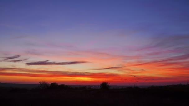 Krásné červené a oranžové mraky po západu slunce