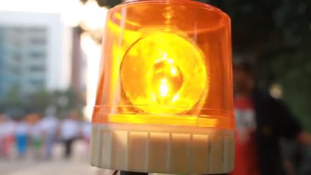 Nouzové světlo nebo blikající maják. Oranžový blikající a otočné světlo