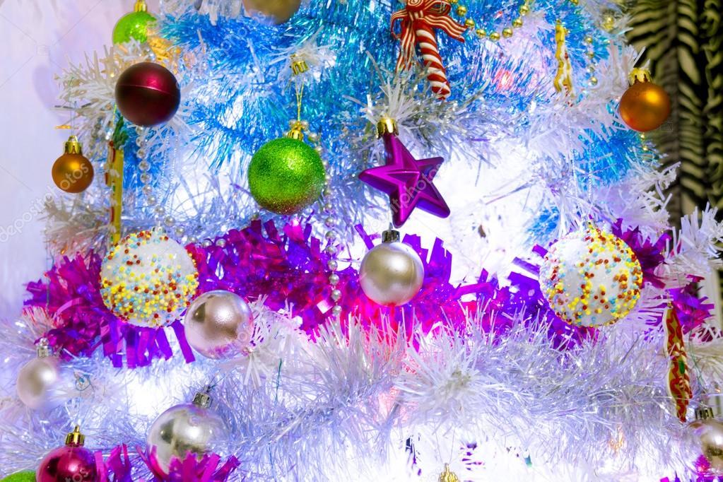 Un rbol de navidad blanco decorado con objetos de colores - Fotos arboles navidad decorados ...