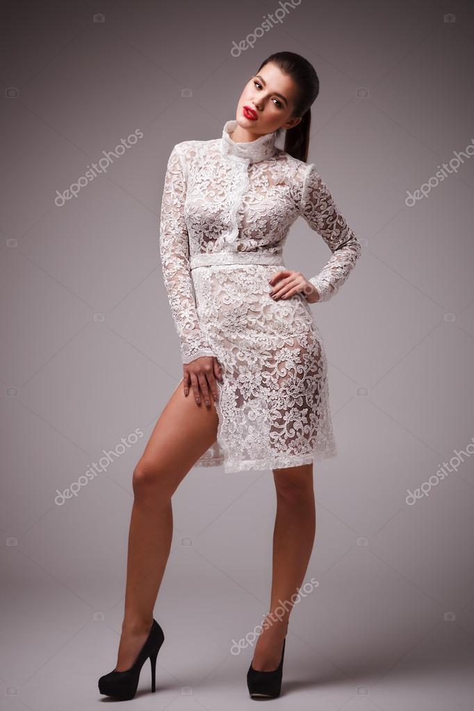 8f6b0af8a5 Sesión de estudio de la mujer atractiva en sexy vestido blanco — Foto de  Stock