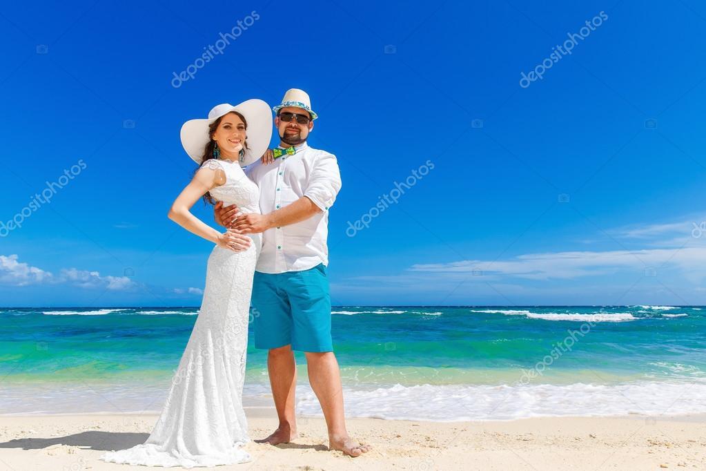 Красивая брюнетка в белом платье