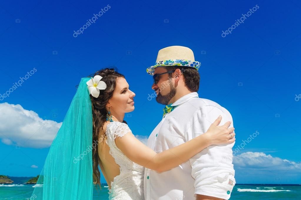 vestido de novia morena hermosa de novia blanco con turquesa v