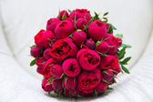 Photo Beautiful wedding bouquet of red roses.