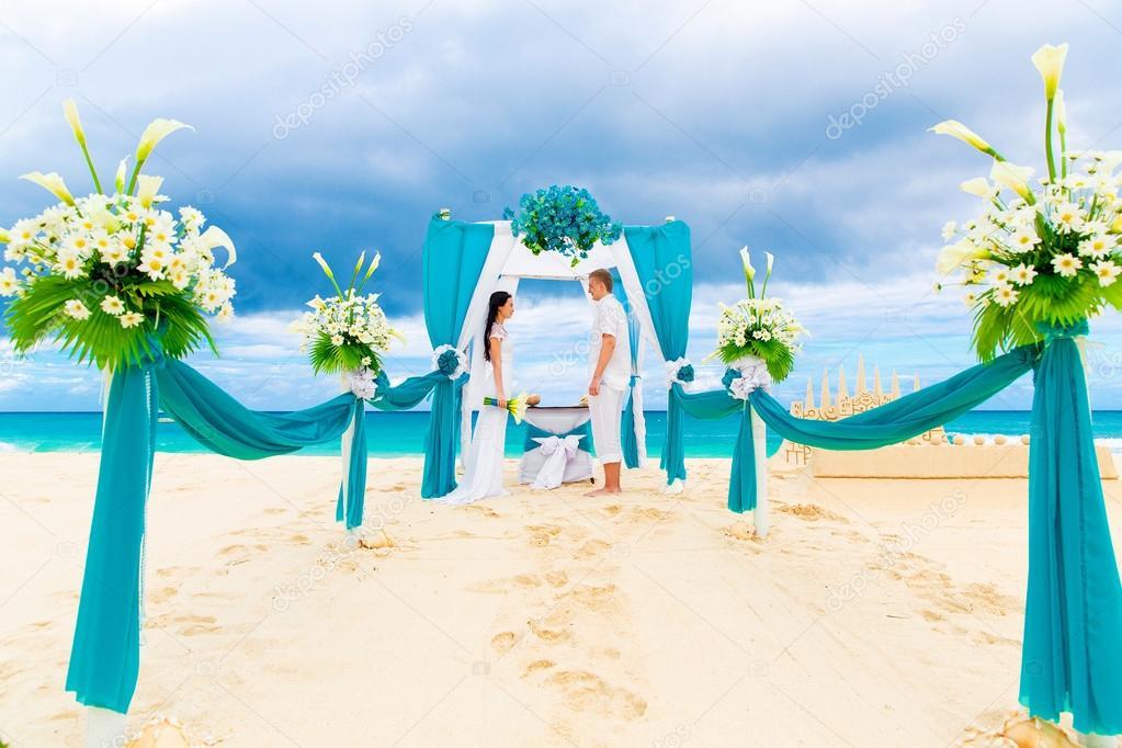 Die Hochzeitszeremonie An Einem Tropischen Strand In Blau