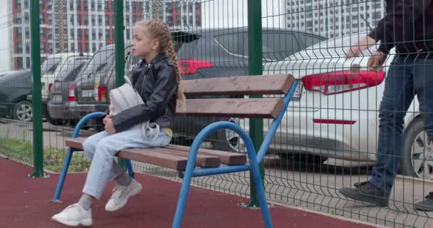 Seitenblick auf ein Mädchen, das Süßigkeiten von einem verdächtigen Mann nimmt und Kinder entführt