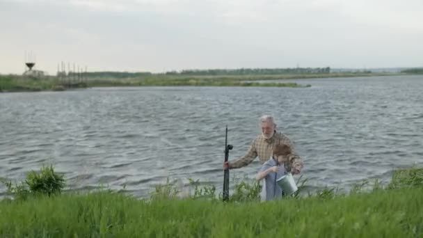 rodina, generace, letní prázdniny a lidé koncept. šťastný dědeček a vnuk