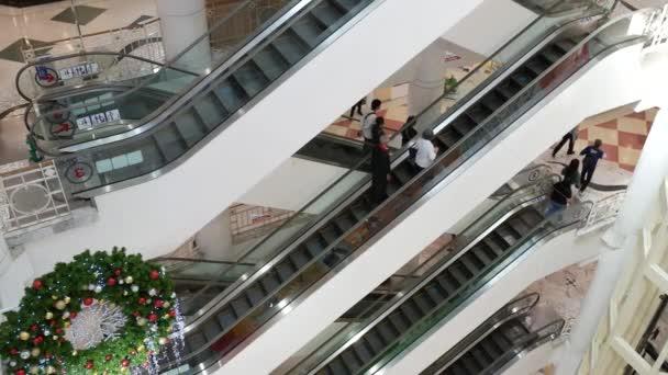 Bangkok, Thajsko - 21. prosince 2020: Lidé z nákupního centra během covid-19 na CentralPlaza Ramindra, Bang Khen, Bangkok, Thajsko.