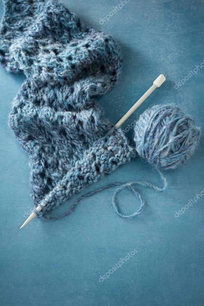 Yar y bufanda tejidos a mano — Foto de stock © Melica #52944987