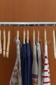 Fotografie Šatnové stojany s oblečením