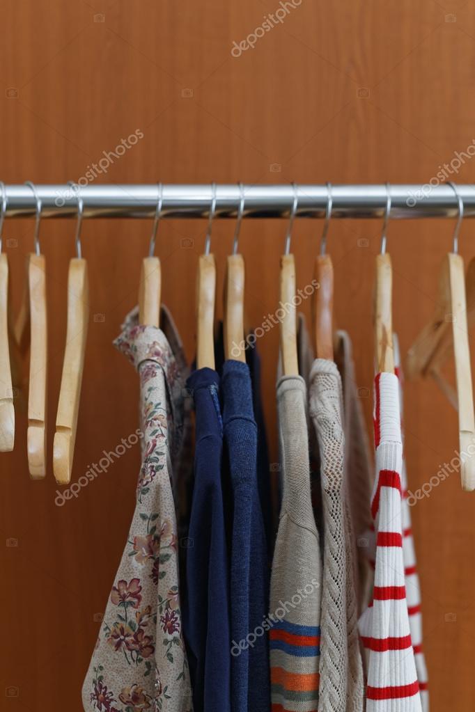 Wäschetrockner mit Kleidung — Stockfoto © Melica #87449528