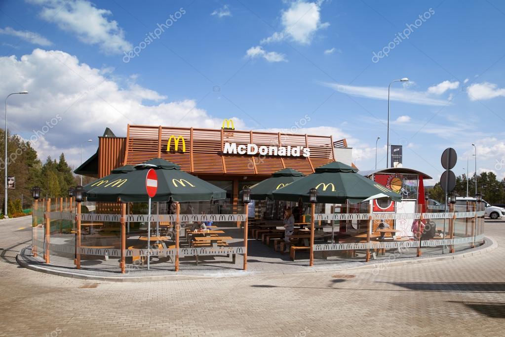 Il ristorante mcdonald del edificio foto editoriale for Piani di costruzione di stand del ristorante