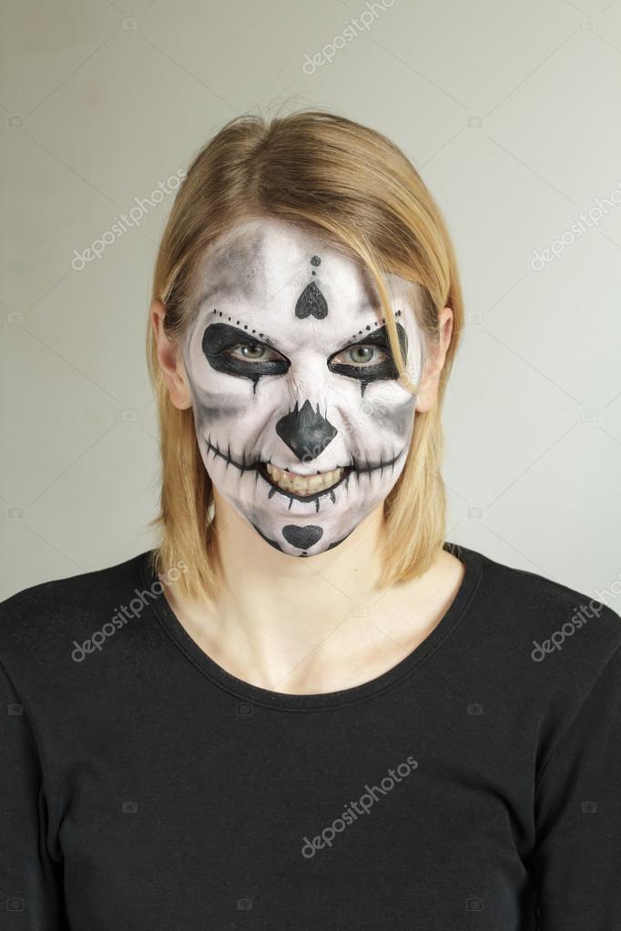 Crânio de pintura de rosto de Halloween — Stock Photo © nikola ...