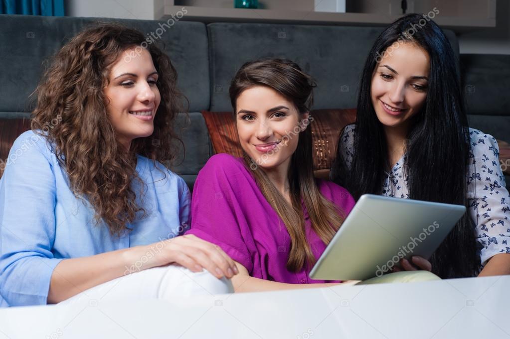 pretty nice 5bcfc f8a5e Lo shopping online con le ragazze. — Foto Stock ...