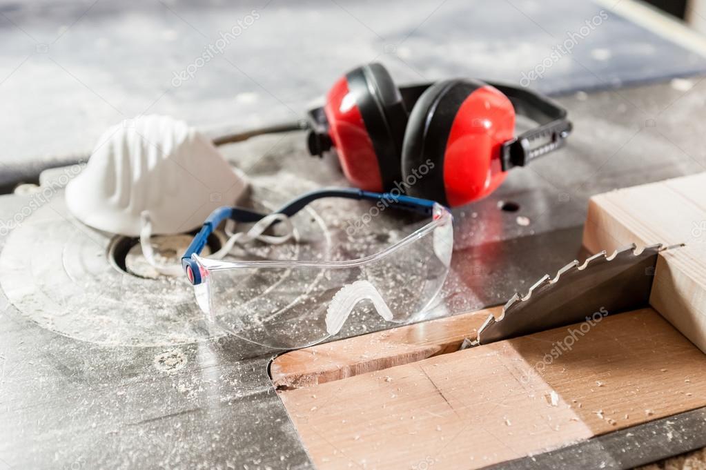 Artes industriales en la fábrica de madera y mesa de sierra circular ...