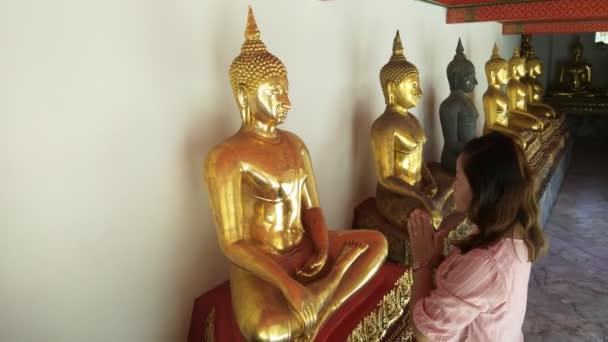 Ázsiai nő Imádkozó Buddha a templomban, Wat Pho Bangkok Thaiföld