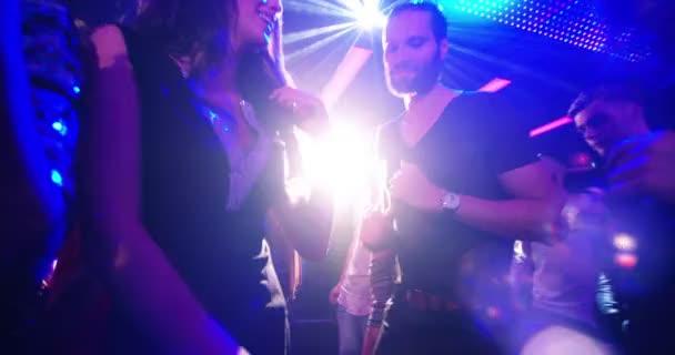 energetische Partypeople tanzen im club