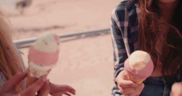 Hipster dívky se těší zmrzlina na pláži