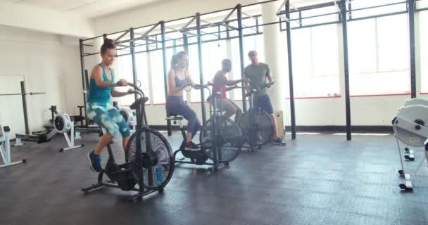 Athetic přátel na indoor cyclingu
