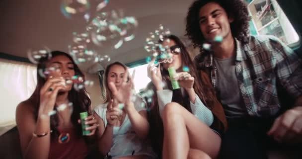 přátel se baví s bubliny uvnitř vinobraní van