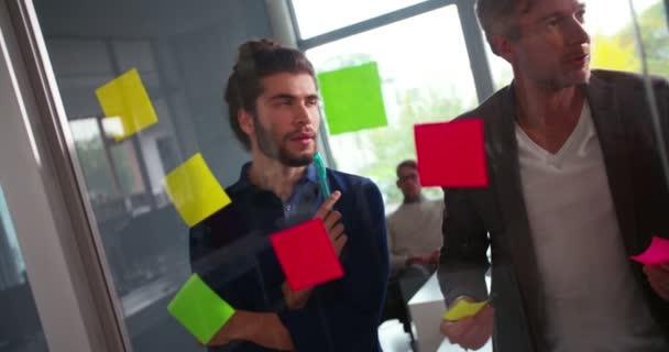 Podnikatel a muž mysl mapování myšlenek v úřadu