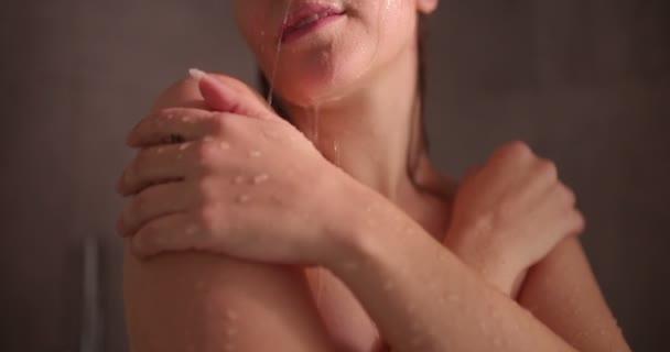 Žena se těší pocit svěžesti na kůži