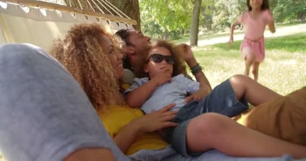 moderní rodina těší líný den rodiny v slunci