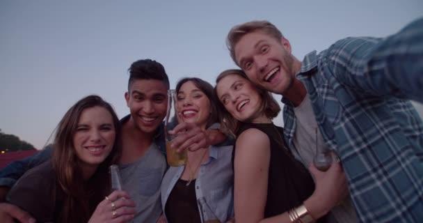 Hipster dospívajících užívat s selfie venku