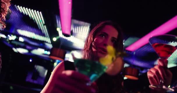 Párty holky opékání koktejly v nočním klubu