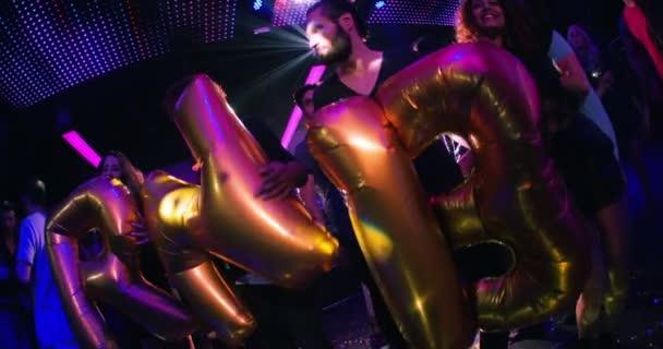 držet balóny říká Rnb v klubu přátel