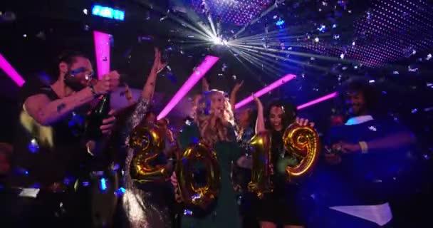 přátel slavit Nový rok 2019 s konfety