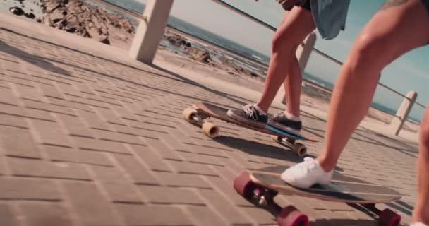 dospívající dívky na koních skateboardy
