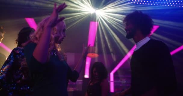 Blonde Partygirl tanzen mit ihrer Freundin in einem Nachtclub