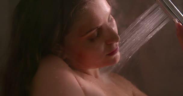 Uvolněná žena sprchování ve sprše