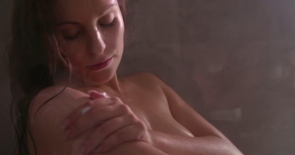 Nyugodt nő tisztítására a bőr, a víz alatt