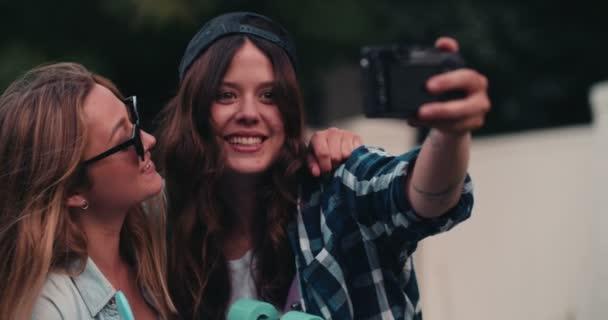 holky s selfie spolu se skateboardy