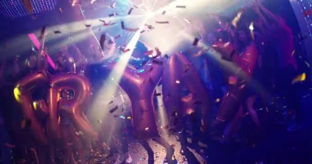 přátel, tanec v nočním klubu drží Friyay bubliny