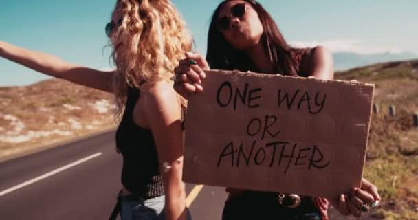 Dvě dívky bederní autostop pohromadě