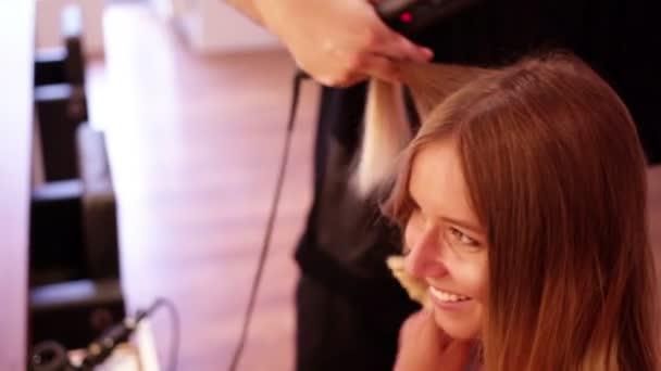 žena v kadeřnictví