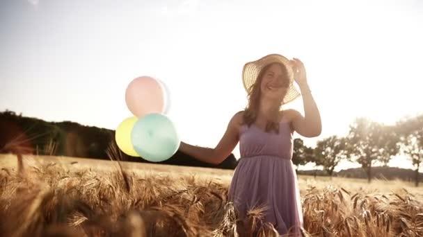 dívka tančí v pšeničné pole