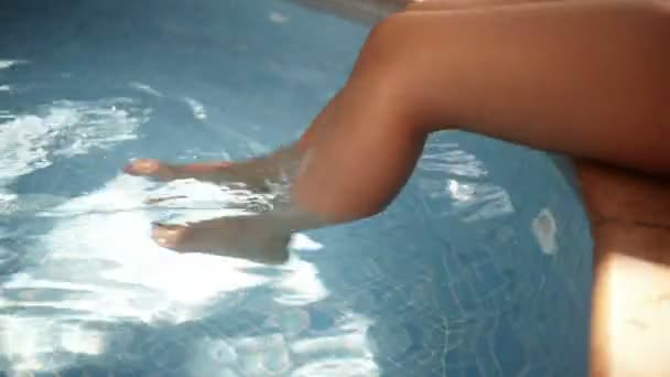 žena nohy u bazénu