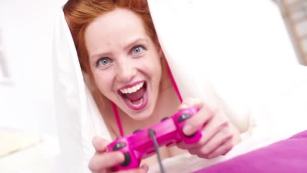 Rusovlasá dívka hraje video hry